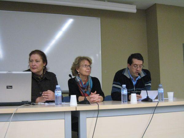 """D'esquerra a dreta: Dra. Francesca Español, Dra. Rosa Terès i el vocal d'AAR, el Sr. Joaquim Graupera, en el col·loqui internacional """"Art i litúrgia a l'Occident Medieval"""" que es va celebrar a la UB els passats dies 23 i 24 de novembre de 2007"""